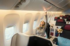 Επιβάτης στην επιχειρησιακή κατηγορία αεροπλάνου Στοκ Φωτογραφίες