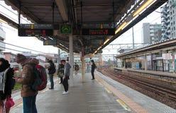 Επιβάτης στο σταθμό τρένου του Τόκιο υπαίθριο στην Ιαπωνία την 1η Απριλίου 2017 Στοκ Εικόνες