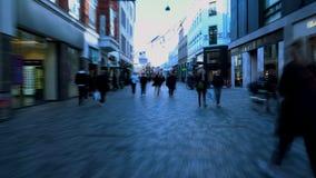 Επιβαρυνμένη οδός στο κέντρο πόλεων, άνθρωποι στη βιασύνη που περπατά στη για τους πεζούς οδό στοκ φωτογραφία με δικαίωμα ελεύθερης χρήσης