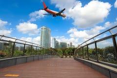 Επιβατηγό αεροσκάφος και γέφυρα για πεζούς Στοκ φωτογραφία με δικαίωμα ελεύθερης χρήσης