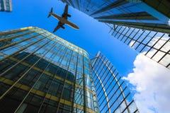 Επιβατηγό αεροσκάφος και σύγχρονο κτήριο γυαλιού Στοκ εικόνα με δικαίωμα ελεύθερης χρήσης