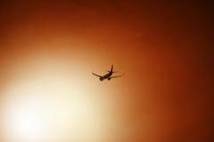 Επιβατηγό αεροσκάφος μετά από την απογείωση κατά τη διάρκεια του ηλιοβασιλέματος Στοκ φωτογραφίες με δικαίωμα ελεύθερης χρήσης