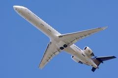 Επιβατηγό αεροσκάφος που πετά στο μπλε ουρανό Στοκ εικόνα με δικαίωμα ελεύθερης χρήσης