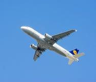 Επιβατηγό αεροσκάφος που πετά στο μπλε ουρανό Στοκ Φωτογραφία
