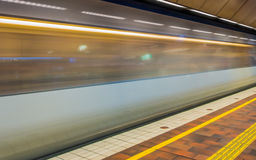 Επιβατική αμαξοστοιχία που αναχωρεί από το σιδηροδρομικό σταθμό στοκ εικόνα