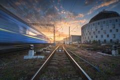 Επιβατική αμαξοστοιχία υψηλής ταχύτητας στην κίνηση στη διαδρομή σιδηροδρόμου στο ηλιοβασίλεμα Στοκ φωτογραφίες με δικαίωμα ελεύθερης χρήσης
