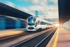 Επιβατική αμαξοστοιχία υψηλής ταχύτητας στην κίνηση στο σιδηρόδρομο στοκ εικόνες