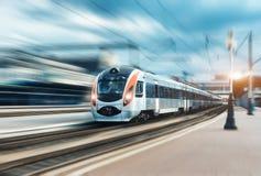 Επιβατική αμαξοστοιχία υψηλής ταχύτητας στην κίνηση στο σιδηρόδρομο στοκ εικόνα