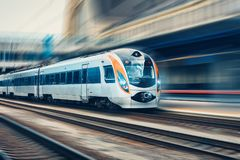 Επιβατική αμαξοστοιχία υψηλής ταχύτητας στην κίνηση στο σιδηρόδρομο στοκ φωτογραφίες