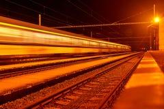Επιβατική αμαξοστοιχία υψηλής ταχύτητας στις διαδρομές με την επίδραση θαμπάδων κινήσεων τη νύχτα Σιδηροδρομικός σταθμός στην Τσε στοκ φωτογραφίες