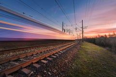 Επιβατική αμαξοστοιχία υψηλής ταχύτητας στην κίνηση στο ηλιοβασίλεμα Στοκ φωτογραφία με δικαίωμα ελεύθερης χρήσης