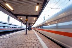 Επιβατική αμαξοστοιχία υψηλής ταχύτητας στη διαδρομή σιδηροδρόμου στην κίνηση Στοκ εικόνα με δικαίωμα ελεύθερης χρήσης