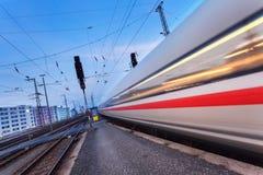 Επιβατική αμαξοστοιχία υψηλής ταχύτητας στη διαδρομή σιδηροδρόμου Στοκ εικόνα με δικαίωμα ελεύθερης χρήσης