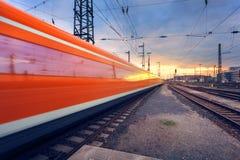 Επιβατική αμαξοστοιχία υψηλής ταχύτητας στη διαδρομή σιδηροδρόμου στην κίνηση Στοκ Φωτογραφίες