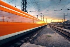 Επιβατική αμαξοστοιχία υψηλής ταχύτητας στη διαδρομή σιδηροδρόμου στην κίνηση Στοκ Εικόνες