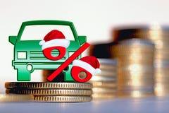 Επιβατικό αυτοκίνητο και κόκκινο σημάδι τοις εκατό σε ένα υπόβαθρο των χρημάτων Στοκ Φωτογραφία