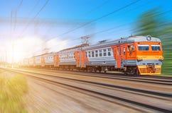 Επιβατών ηλεκτρικό φως ταξιδιών σιδηροδρομικών βαγονιών εμπορευμάτων ταχύτητας γύρων τραίνων μακροχρόνιο Στοκ Εικόνες