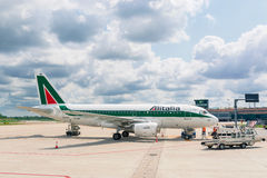 Επιβιβαμένος αεριωθούμενο αεροπλάνο Alitalia Στοκ Φωτογραφίες