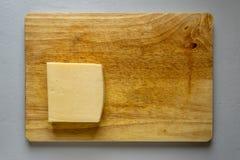 επιβιβαστείτε στο τυρί ξύ& στοκ εικόνα