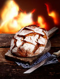 επιβιβαστείτε στο ψωμί κόβοντας την αγροτική σίκαλη ξύλινη στοκ φωτογραφία