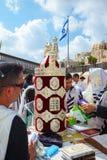 Επιβολή ενός Sefer Torah Στοκ φωτογραφία με δικαίωμα ελεύθερης χρήσης