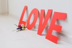 Επιγραφή αγάπης εγγράφου ημέρας του ρομαντικού βαλεντίνου με τα λουλούδια στοκ εικόνες με δικαίωμα ελεύθερης χρήσης