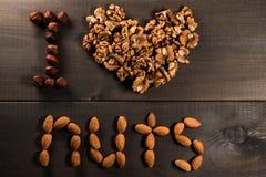 Επιγραφή Ι καρύδια αγάπης, από τα καρύδια, τα ξύλα καρυδιάς, τα αμύγδαλα και τα φουντούκια Στοκ φωτογραφία με δικαίωμα ελεύθερης χρήσης