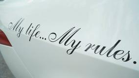Επιγραφή στο οπίσθιο φτερό του αυτοκινήτου: Η ζωή μου οι κανόνες μου απόθεμα βίντεο