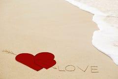 Επιγραφή της αγάπης στην υγρή κίτρινη άμμο παραλιών Στοκ εικόνα με δικαίωμα ελεύθερης χρήσης