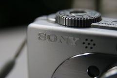 Επιγραφή της Sony στην ασημένια συμπαγή κάμερα Στοκ φωτογραφία με δικαίωμα ελεύθερης χρήσης