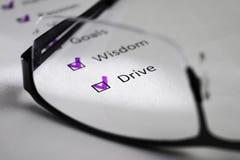 Επιγραφή DRIVE σε ένα άσπρο φύλλο Αυτό είναι ένας κινητήριος πίνακας ελέγχου με τα σημεία για την επιτυχία Απέναντι από τις γραμμ στοκ εικόνες