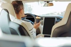 Επιδέξια επαγγελματική συνεδρίαση οδηγών πίσω από τη ρόδα Στοκ Φωτογραφία