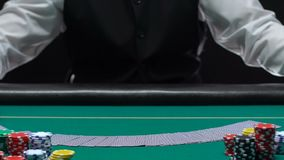 Επιδέξιες κάρτες γεφυρών διάδοσης εμπόρων χαρτοπαικτικών λεσχών και να εμφανιστεί στον πίνακα, επάγγελμα απόθεμα βίντεο