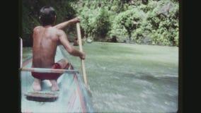 Επιδέξιοι ελιγμοί λεμβούχων μέσω των ορμητικά σημείων ποταμού απόθεμα βίντεο