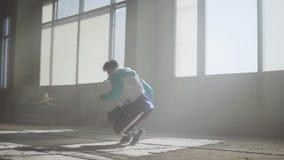 Επιδέξιος ελκυστικός βιαστής που χορεύει σε ένα εγκαταλειμμένο κτήριο Πολιτισμός χιπ χοπ Πρόβα απόθεμα βίντεο