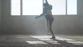 Επιδέξιος νεαρός άνδρας που χορεύει σε ένα εγκαταλειμμένο κτήριο Πολιτισμός χιπ χοπ Πρόβα Σύγχρονος Χορός με ένα κτύπημα απόθεμα βίντεο