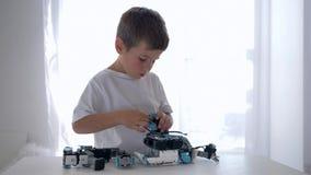 Επιδέξιο μοντάρισμα παιδιών της λεπτομέρειας ρομπότ με την κινηματογράφηση σε πρώτο πλάνο τεχνητής νοημοσύνης στο δωμάτιο στο σπί απόθεμα βίντεο