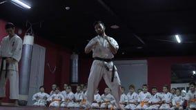 Επιδείξεις karate του εκπαιδευτή μπροστά από τα παιδιά απόθεμα βίντεο