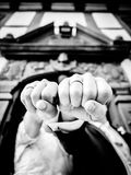 Επιδείξτε μπροστά από τους περίκομψους δύο ανθρώπους του γαμήλιου δαχτυλιδιού Στοκ εικόνα με δικαίωμα ελεύθερης χρήσης