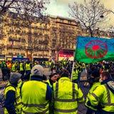 Επιδεικνύοντες κατά τη διάρκεια μιας διαμαρτυρίας στις κίτρινες φανέλλες στοκ εικόνα