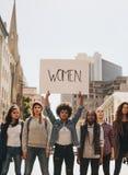 Επιδεικνύοντες με ένα σημάδι που διαμαρτύρεται στο δρόμο Στοκ φωτογραφία με δικαίωμα ελεύθερης χρήσης