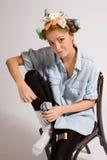 επιδιορθώνοντας κάλτσα κοριτσιών Στοκ Εικόνες