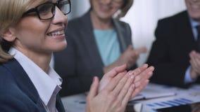 Επιδοκιμασία ακροατηρίων μετά από την παρουσίαση στη διάσκεψη στρογγυλής τραπέζης, επιχειρησιακή διάσκεψη φιλμ μικρού μήκους