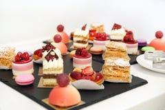 επιδόρπια με τα φρούτα, mousse, μπισκότα Στοκ Εικόνα