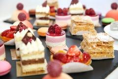 επιδόρπια με τα φρούτα, mousse, μπισκότα Στοκ Φωτογραφία