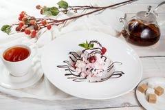 Επιδόρπια pavlova σμέουρων/γλυκά WI επιδορπίων μαρέγκας εύγευστα στοκ εικόνες