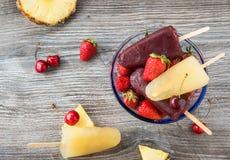 Επιδόρπιο θερινών φρούτων με τα popsicles Στοκ εικόνα με δικαίωμα ελεύθερης χρήσης