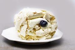 Επιδόρπιο μαρέγκας Pavlova στο άσπρο πιάτο, τοπ άποψη merengue και βακκίνιο στοκ φωτογραφία με δικαίωμα ελεύθερης χρήσης