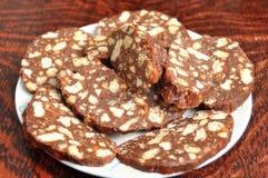 Επιδόρπιο σοκολάτας με το φοντάν σοκολάτας, crumbs μπισκότων και τα συντριμμένα ξύλα καρυδιάς Στοκ φωτογραφία με δικαίωμα ελεύθερης χρήσης