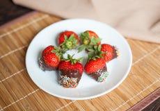 Επιδόρπιο σοκολάτας τις φρέσκες και ευώδεις φράουλες που σκορπίζονται με στοκ φωτογραφία
